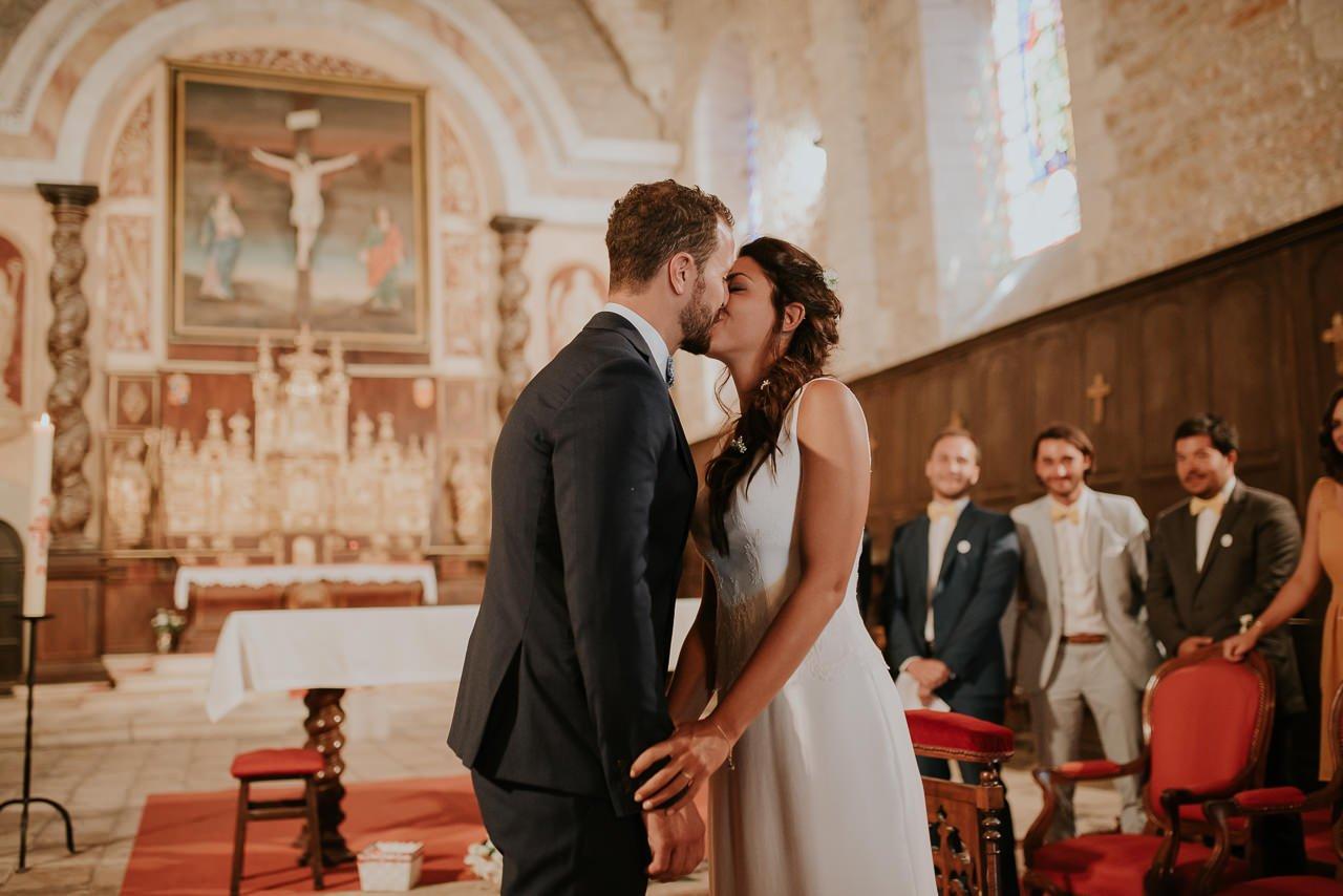beso novios boda religiosa