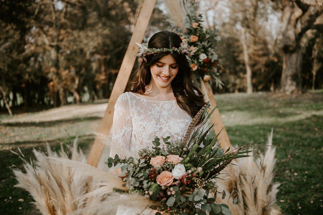 novia Rosa Clará con ramo de flores