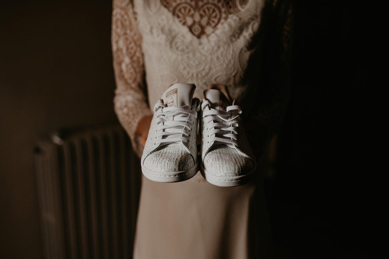 novia con zapatos adidas